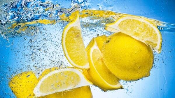 Beneficios del agua con zumo de limon