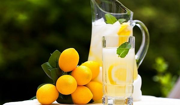 Agua tibia con zumo de limon